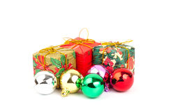 Κιβώτιο δώρων και σφαίρα Χριστουγέννων Στοκ Εικόνα