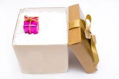 Κιβώτιο δώρων με ένα δώρο Χριστουγέννων Στοκ εικόνα με δικαίωμα ελεύθερης χρήσης
