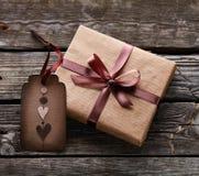 Κιβώτιο δώρων με την ετικέττα δώρων Στοκ Εικόνες