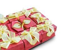 Κιβώτιο δώρων με την κάρτα καρδιών στο άσπρο υπόβαθρο στοκ εικόνα με δικαίωμα ελεύθερης χρήσης