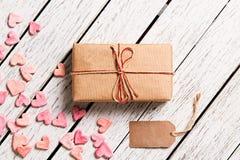 Κιβώτιο δώρων με την κενή ετικέττα δώρων Στοκ Φωτογραφία