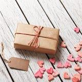 Κιβώτιο δώρων με την κενούς ετικέττα δώρων και το σωρό των καρδιών Στοκ Εικόνα