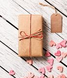 Κιβώτιο δώρων με την κενούς ετικέττα δώρων και το σωρό των καρδιών Στοκ εικόνα με δικαίωμα ελεύθερης χρήσης