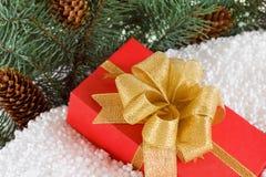 Κιβώτιο δώρων με την κορδέλλα στο χιόνι κάτω από το δέντρο πεύκων Στοκ φωτογραφίες με δικαίωμα ελεύθερης χρήσης