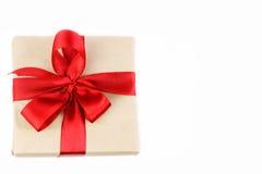 Κιβώτιο δώρων με την κόκκινη τοπ άποψη τόξων κορδελλών Στοκ Φωτογραφία