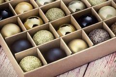 Κιβώτιο δώρων με τις φωτεινές σφαίρες Χριστουγέννων στοκ εικόνες με δικαίωμα ελεύθερης χρήσης