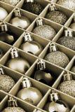 Κιβώτιο δώρων με τις φωτεινές σφαίρες Χριστουγέννων στοκ εικόνες