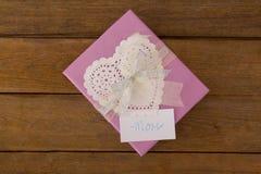 Κιβώτιο δώρων με το κείμενο mom στην κάρτα στο ξύλινο κλίμα Στοκ φωτογραφία με δικαίωμα ελεύθερης χρήσης