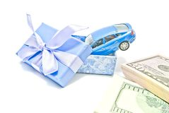 Κιβώτιο δώρων με το μπλε αυτοκίνητο και τα χρήματα Στοκ φωτογραφία με δικαίωμα ελεύθερης χρήσης