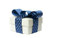 Κιβώτιο δώρων με το μπλε τόξο στοκ εικόνα με δικαίωμα ελεύθερης χρήσης