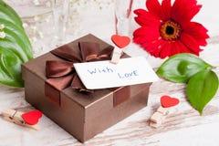 Κιβώτιο δώρων, μια σημείωση και καρδιές για την ημέρα του βαλεντίνου Στοκ Εικόνα