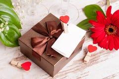 Κιβώτιο δώρων, μια σημείωση και καρδιές για την ημέρα του βαλεντίνου Στοκ Εικόνες