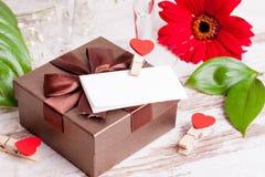 Κιβώτιο δώρων, μια σημείωση και καρδιές για την ημέρα του βαλεντίνου Στοκ φωτογραφίες με δικαίωμα ελεύθερης χρήσης