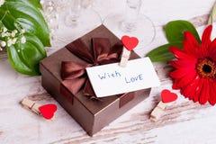 Κιβώτιο δώρων, μια σημείωση και μια καρδιά για την ημέρα του βαλεντίνου Στοκ Φωτογραφία