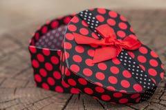Κιβώτιο δώρων μορφής καρδιών στον κορμό δέντρων Στοκ Εικόνα