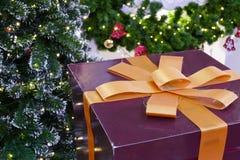 Κιβώτιο δώρων παρόν με την κορδέλλα και το χριστουγεννιάτικο δέντρο Στοκ εικόνα με δικαίωμα ελεύθερης χρήσης