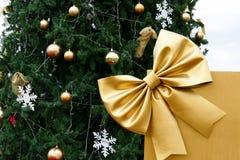 Κιβώτιο δώρων παρόν με την κορδέλλα και το χριστουγεννιάτικο δέντρο Στοκ Εικόνες