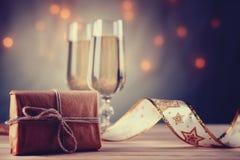 Κιβώτιο δώρων, ποτήρια της σαμπάνιας και της κορδέλλας Στοκ εικόνα με δικαίωμα ελεύθερης χρήσης