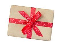Κιβώτιο δώρων που τυλίγεται στο καφετί ανακυκλωμένο έγγραφο με το κόκκινο σημείο Πόλκα ribb στοκ εικόνα με δικαίωμα ελεύθερης χρήσης