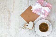 Κιβώτιο δώρων που τυλίγεται στο ρόδινο διαστιγμένο έγγραφο, διαμορφωμένο καρδιά μπισκότο αγάπης, ένα φλιτζάνι του καφέ και μια κε Στοκ εικόνες με δικαίωμα ελεύθερης χρήσης