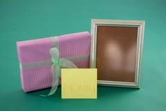 Κιβώτιο δώρων, πλαίσιο φωτογραφιών με το κείμενο mom στην κάρτα στο πράσινο κλίμα Στοκ Φωτογραφία