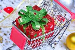 Κιβώτιο δώρων σε ένα κάρρο αγορών Στοκ φωτογραφία με δικαίωμα ελεύθερης χρήσης