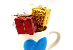 Κιβώτιο δώρων σε ένα φλυτζάνι Στοκ φωτογραφία με δικαίωμα ελεύθερης χρήσης