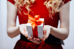 Κιβώτιο δώρων στα χέρια Στοκ Φωτογραφίες