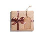 Κιβώτιο δώρων τεχνών με την ετικέττα δώρων Στοκ εικόνα με δικαίωμα ελεύθερης χρήσης