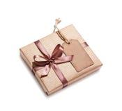 Κιβώτιο δώρων τεχνών με την ετικέττα δώρων Στοκ Φωτογραφία