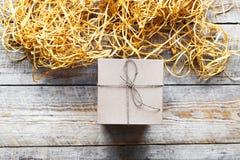 Κιβώτιο δώρων της Kraft στον ξύλινο πίνακα με raffia ή το σπάγγο Στοκ φωτογραφίες με δικαίωμα ελεύθερης χρήσης