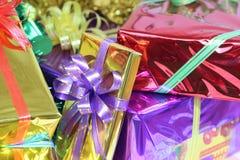 Κιβώτιο δώρων των πολύχρωμων κορδελλών που τακτοποιούνται υπέροχα Στοκ φωτογραφία με δικαίωμα ελεύθερης χρήσης