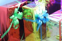 Κιβώτιο δώρων των πολύχρωμων κορδελλών που τακτοποιούνται υπέροχα Στοκ εικόνες με δικαίωμα ελεύθερης χρήσης