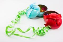 Κιβώτιο δώρων Χριστουγέννων με τις πλαστικές σφαίρες κορδελλών και χρώματος Στοκ εικόνα με δικαίωμα ελεύθερης χρήσης