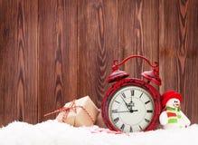 Κιβώτιο δώρων Χριστουγέννων, παιχνίδι χιονανθρώπων και ξυπνητήρι Στοκ Εικόνες