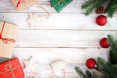 Κιβώτιο δώρων χριστουγεννιάτικου δώρου και διακόσμηση των στοιχείων στο άσπρο ξύλινο υπόβαθρο Στοκ φωτογραφίες με δικαίωμα ελεύθερης χρήσης