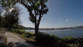 Κιγκλιδώματα σιδήρου κατά μήκος του δρόμου της λίμνης βουνών απόθεμα βίντεο