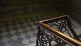Κιγκλιδώματα σκαλών Παλαιό αναδρομικό εκλεκτής ποιότητας σπίτι 19ος αιώνας Η Αγία Πετρούπολη απόθεμα βίντεο