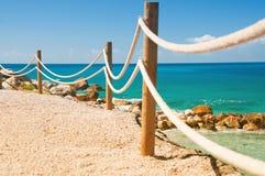 Κιγκλίδωμα ραμπών στο θαλάσσιο σχοινί και την ξύλινη Μεσόγειο Moraira στοκ εικόνα με δικαίωμα ελεύθερης χρήσης