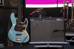 Κιγκλίδωμα Amp με μια ηλεκτρική κιθάρα στη σκηνή Στοκ Φωτογραφία