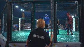 ΚΙΕΒΟ, Ουκρανία - 22 Σεπτεμβρίου 2018: Ο μαχητής MMA έρχεται προς το οκτάγωνο και ο διαιτητής κλείνει την πόρτα πίσω από τον φιλμ μικρού μήκους