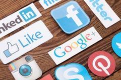 ΚΙΕΒΟ, ΟΥΚΡΑΝΙΑ - 22 ΑΥΓΟΎΣΤΟΥ 2015: Συλλογή των δημοφιλών κοινωνικών λογότυπων μέσων που τυπώνονται σε χαρτί: Facebook, πειραχτή Στοκ Φωτογραφία
