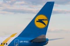 ΚΙΕΒΟ, ΟΥΚΡΑΝΙΑ - 10 ΙΟΥΛΊΟΥ 2015: Ουρά αεροσκαφών με Στοκ φωτογραφία με δικαίωμα ελεύθερης χρήσης