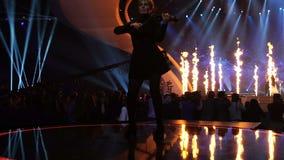 ΚΙΕΒΟ, ΟΥΚΡΑΝΙΑ - 12 ΜΑΐΟΥ 2017: Βιολιστής και συμμετέχων διαγωνισμού τραγουδιού Eurovision από την Ουγγαρία Joci Papai απόθεμα βίντεο
