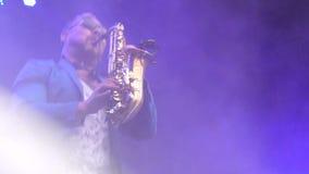 ΚΙΕΒΟ, ΟΥΚΡΑΝΙΑ - 10 ΜΑΐΟΥ 2017: Ο μουσικός φορά τα γυαλιά παίζει το saxophone απόθεμα βίντεο