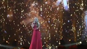 ΚΙΕΒΟ, ΟΥΚΡΑΝΙΑ - 12 ΜΑΐΟΥ 2017: Συμμετέχων Anja Nissen από στο διαγωνισμό τραγουδιού της Δανίας Eurovision απόθεμα βίντεο