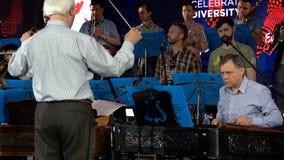 ΚΙΕΒΟ, ΟΥΚΡΑΝΙΑ - 7 ΜΑΐΟΥ 2017: Το άτομο παίζει το xylophone στην ορχήστρα soundcheck στο στάδιο Eurovision απόθεμα βίντεο