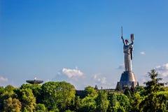 ΚΙΕΒΟ, ΟΥΚΡΑΝΙΑ - 9 ΜΑΐΟΥ: Το μνημείο μητέρας πατρίδας γνωστό επίσης ως rodina-Mat', που διακοσμείται με το κόκκινο στεφάνι λουλο Στοκ Εικόνες