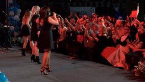ΚΙΕΒΟ, ΟΥΚΡΑΝΙΑ - 12 ΜΑΐΟΥ 2017: Τρία κορίτσια τραγουδούν σε ένα ισραηλινό κόμμα απόθεμα βίντεο