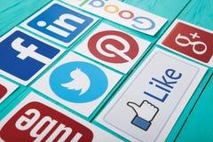 ΚΙΕΒΟ, ΟΥΚΡΑΝΙΑ - 10 ΜΑΡΤΊΟΥ 2017 Συλλογή των δημοφιλών κοινωνικών λογότυπων μέσων που τυπώνονται σε χαρτί: YouTube, Facebook, πε Στοκ Φωτογραφία
